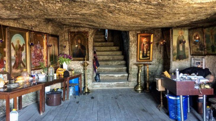 【モルドバ】谷間の絶景の村、オルヘイ・ベッキで洞窟修道院に暮らす仙人に出会った
