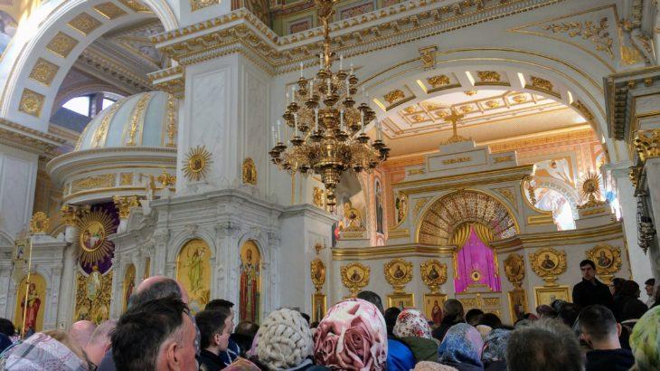 ウクライナの日曜日の教会がもはや初詣状態。人々の信仰心を感じるススメ。