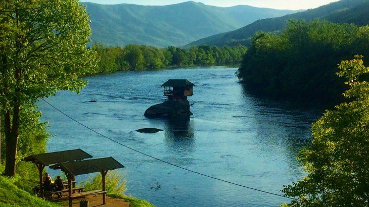 【セルビア】絶景、滝、修道院と「川の中の家」。全てを満喫できるタラ国立公園の日帰りハイキングが素晴らしい!