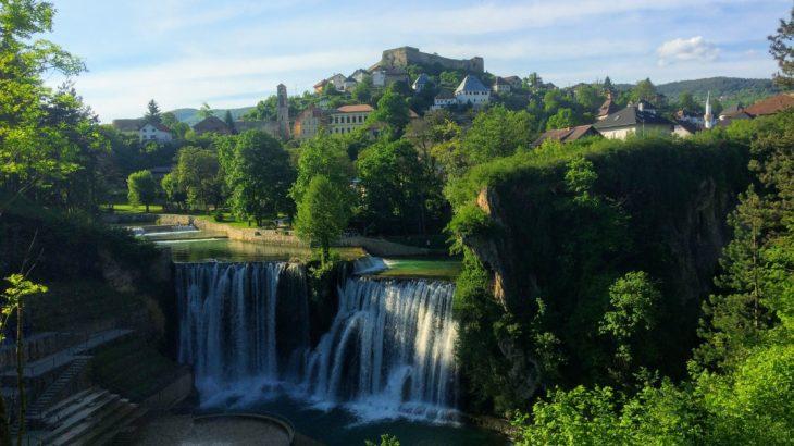 【ボスニア】滝の上に凛と建つ古都・ヤイツェ(Jajce)が絶景すぎる!【アクセス・ホステル情報】