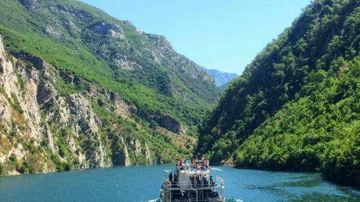アルバニアの秘境!コーマン湖フェリーに乗って絶景の連続を味わう旅【移動・宿情報あり】